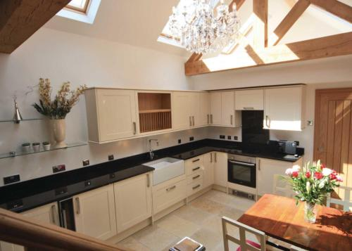 A kitchen or kitchenette at Willsbrook Lodge