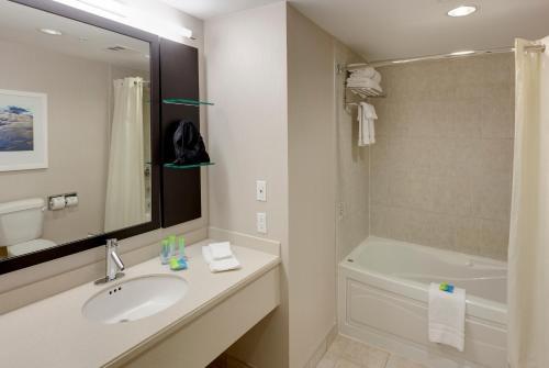 A bathroom at Radisson Hotel & Suites Fallsview