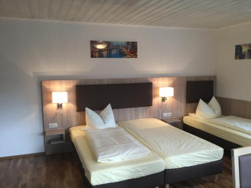 Ein Bett oder Betten in einem Zimmer der Unterkunft Landgasthof & Hotel Jossatal