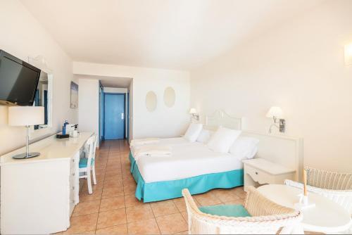 Łóżko lub łóżka w pokoju w obiekcie Iberostar Playa Gaviotas-All inclusive