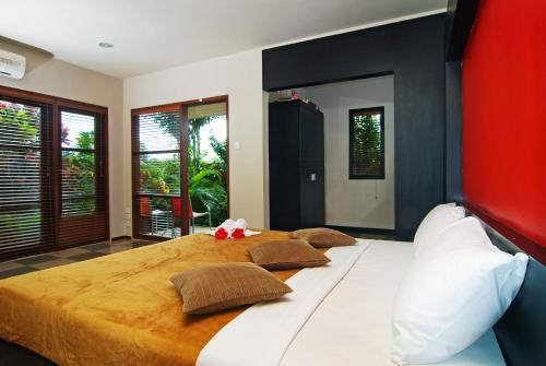 A bed or beds in a room at Taman Ayu Town House