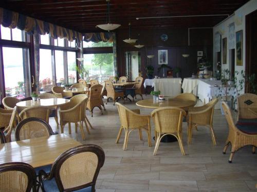 Een restaurant of ander eetgelegenheid bij De Oude Schouw