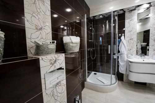 A bathroom at Golden Royal Boutique Hotel & Spa
