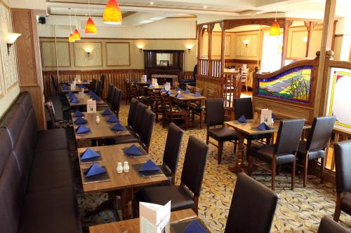 A restaurant or other place to eat at New Inn Hotel