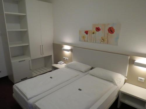 A bed or beds in a room at Hotel Villa Claudia