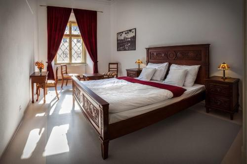 Кровать или кровати в номере Hotel Klášter Želiv