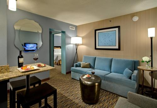 A seating area at Crowne Plaza Chicago O'Hare Hotel & Conference Center, an IHG Hotel