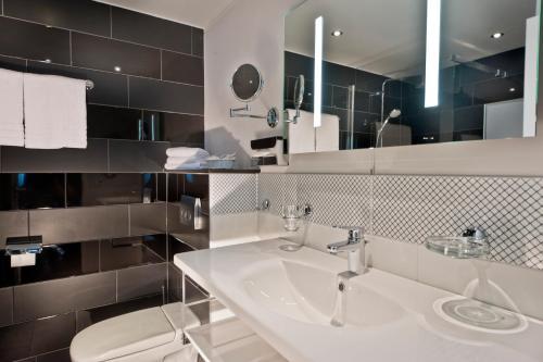 A bathroom at Wyndham Duisburger Hof