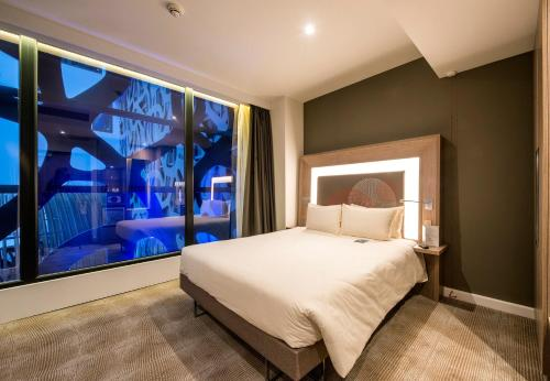 A bed or beds in a room at Novotel London Heathrow Airport T1 T2 and T3