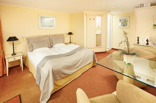 En eller flere senge i et værelse på Hotel Fjordkroen