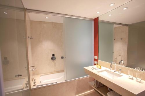 A bathroom at Hotel Casino Pullman City Center Rosario
