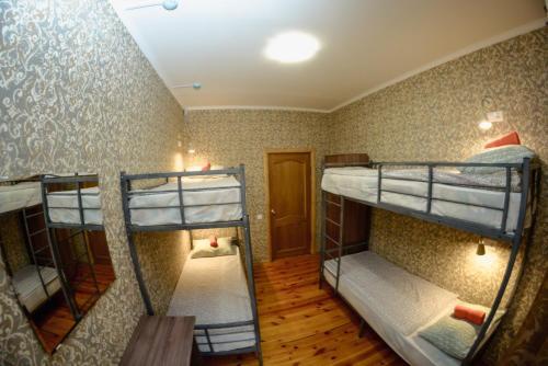 Двухъярусная кровать или двухъярусные кровати в номере Хостел «Бумеранг»