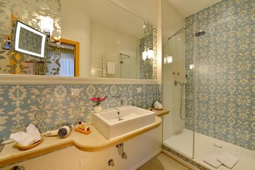 A bathroom at Hotel Torbräu