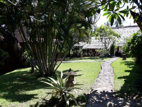 A garden outside Le Jardin