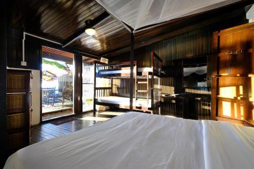 Ein Etagenbett oder Etagenbetten in einem Zimmer der Unterkunft Melina Beach Resort