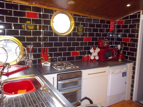 A kitchen or kitchenette at Titanic Boat