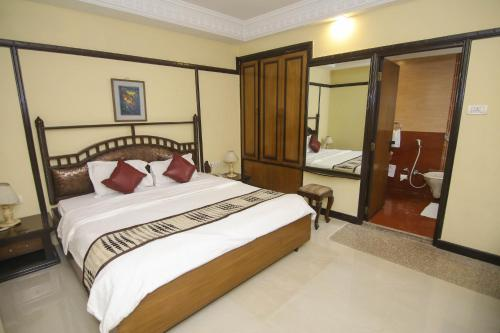A bed or beds in a room at Lytton Hotel