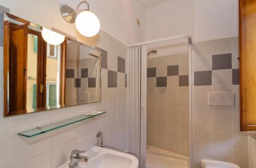 A bathroom at Helvetia Pisa Tower
