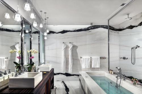 A bathroom at Grand Hotel Tremezzo