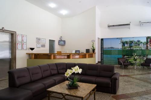 Uma área de estar em Bristol Guarapari Residence