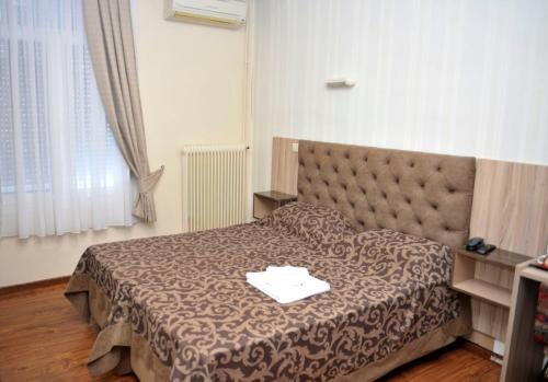 A bed or beds in a room at Hotel Vergina