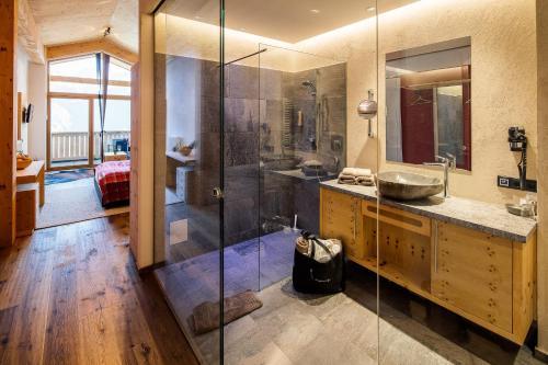 A bathroom at Hotel Sedona Lodge