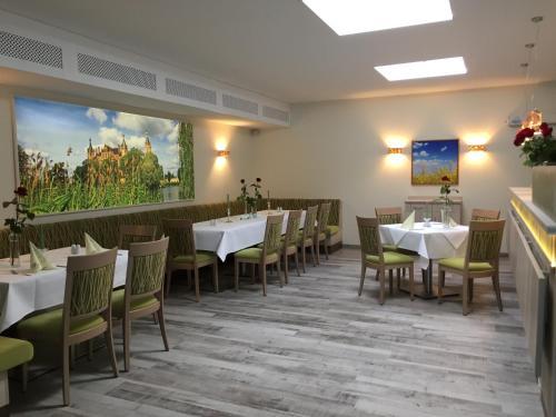 Ein Restaurant oder anderes Speiselokal in der Unterkunft Das FRITZ Hotel