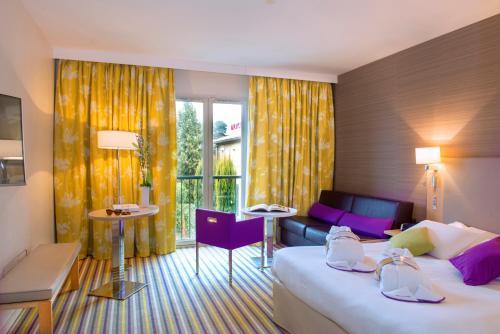 Een bed of bedden in een kamer bij Mercure Carcassonne Porte De La Cité