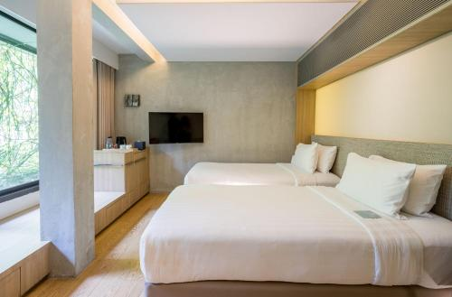 A bed or beds in a room at Ad Lib