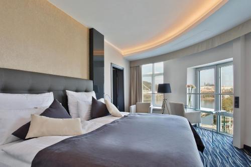 Postel nebo postele na pokoji v ubytování Dancing House - Tančící dům hotel