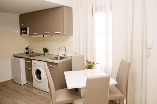 A kitchen or kitchenette at Suites La Posada De Pilar