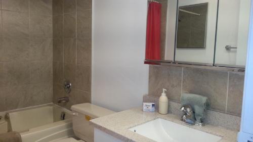 A bathroom at Akiskinook Waterfront Resort
