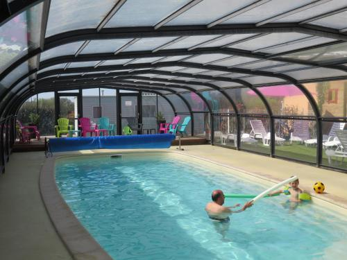 The swimming pool at or near Camping Les P'tites Maisons dans la Prairie