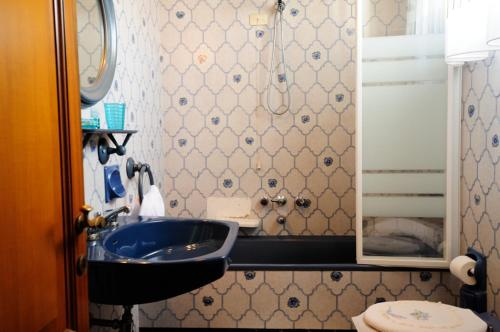 A bathroom at Villa Mirella