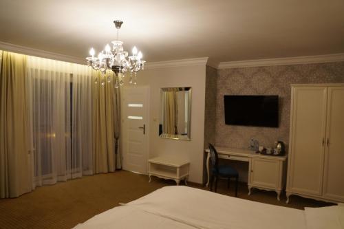 Telewizja i/lub zestaw kina domowego w obiekcie Moris Boutique Beach Hotel
