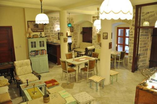 Ein Restaurant oder anderes Speiselokal in der Unterkunft Old Town Youth Hostel