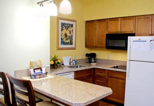 A kitchen or kitchenette at Residence Inn By Marriott Charleston Mt. Pleasant