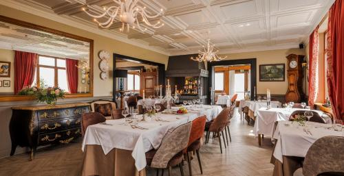 A restaurant or other place to eat at Hotel Restaurant Au Riesling
