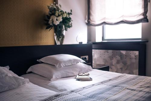 A bed or beds in a room at Boutique Garni Hotel Townhouse 27