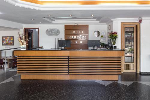 O saguão ou recepção de Hotel Torre Sol