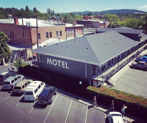 A bird's-eye view of Monarch Motel