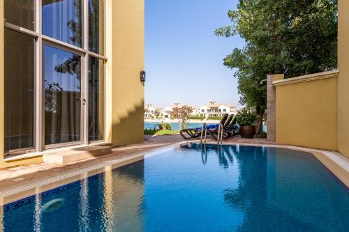 The swimming pool at or near Chic 5BR Villa with Private Pool on Palm Jumeirah