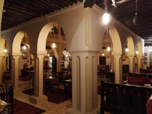 Um restaurante ou outro lugar para comer em Al Koot Heritage Hotel