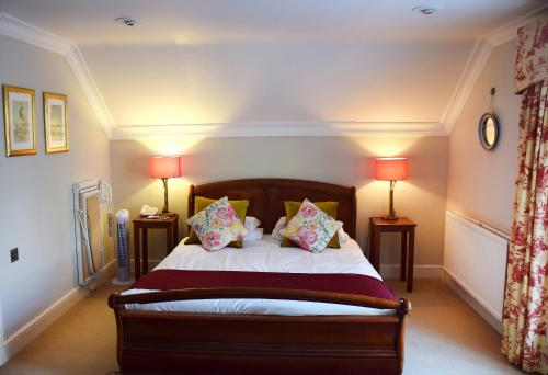 A bed or beds in a room at Esseborne Manor