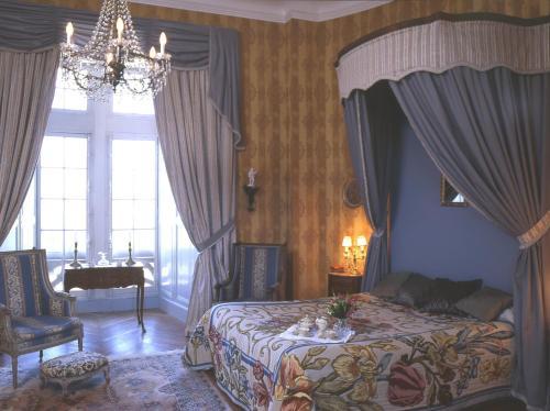 A bed or beds in a room at Château de la Flocellière