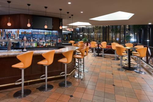 The lounge or bar area at DoubleTree by Hilton Philadelphia Center City