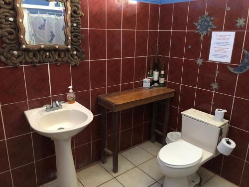 Un baño de Luminosa Montezuma Hostel