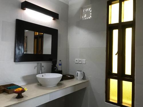 A bathroom at Sea Breeze Candidasa