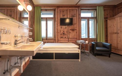 A bed or beds in a room at Ski & Bike Hotel Montana