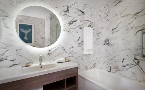 A bathroom at Doubletree By Hilton Hull
